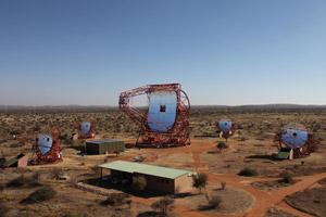 Blick in die Tiefen des Universums: Die fünf H.E.S.S.-Spiegelteleskope in Namibia. Fotos: H.E.S.S.-Kollaboration