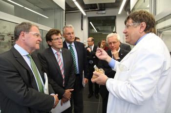 v.l.n.r.: Dr. Wolfgang Heubisch, Georg Winter und Joachim Herrmann im Gespräch mit Prof. Dr. Arlt. Foto: FAU