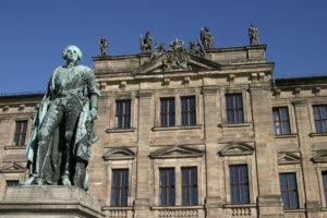 Erlanger Schloss mit Markgrafenstatue (Bild: FAU)