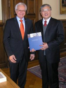 FAU-Präsident Prof. Karl-Dieter-Grüske und Prof. Fenghua Yang (Bild: FAU)