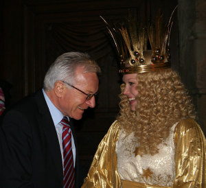 Praesident-mit-Christkind  (Bild: FAU)