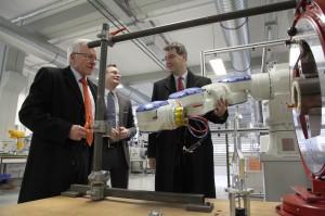 Von links nach rechts: FAU-Präsident Prof. Dr. Karl-Dieter Grüske; Prof. Dr.-Ing. Jörg Franke, Projektverantwortlicher beim FAPS; Dr. Markus Söder, bayrischer Finanzminister (Bild: FAU)