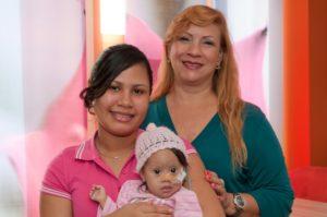 : Linda Gonzalez (links) wird mit Rat und Tat von der ehrenamtlichen Dolmetscherin Kirsys Lamtigua unterstützt, die Mutter und Kind auf der weiten Reise begleitet. (Bild: UK Erlangen)