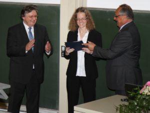 Prof. Dr. Jürgen Schüttler (links) und Prof. Dr. Bernhard Fleckenstein (ganz rechts) bei der Übergabe des Preises an Dr. Anke Bill. (Bild: Ingmar Henz, FAU)