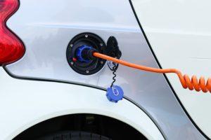 Elektroauto tankt Strom