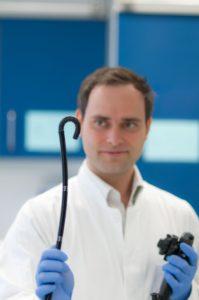 Mit den neuesten biegbaren Endoskopen erkennt Prof. Dr. Helmut Neumann auch Polypen und Karzinome, die hinter den Darmfalten liegen. Foto: Uni-Klinikum Erlangen