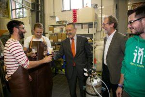 FAU Kanzler Thomas A.H. Schöck erhält ein frischgebrauchtes Röthelheim Bräu. (Bild: FAU)