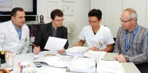 Freuen sich über die Spitzenposition im Vergleich der europäischen kinderherzchirurgischen Zentren (von links): Prof. Dr. Robert Cesnjevar (Leiter der Kinderherzchirurgie), Dr. Radek Jaworski (EACTS-Auditor), Dr. Ariawan Purbojo und Johannes Rösch, beide Kinderherzchirurgie). (Bild: Uni-Klinikum Erlangen)