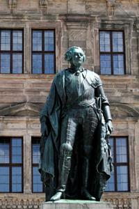 Markgraf-Statue, im Hintergrund das Erlanger Schloss