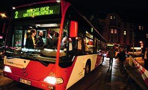 Shuttle-Busse bringen die Teilnehmer zu den Unternehmen. (Bild: Tema Technology Marketing AG)