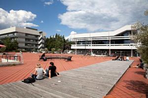 """Der sogenannte """"Rote Platz"""" am Südgelände der FAU (Bild: FAU/Erich Malter)"""