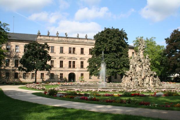 Schloss (Blick aus dem Schlossgarten) (Bild: FAU/Georg Pöhlein)
