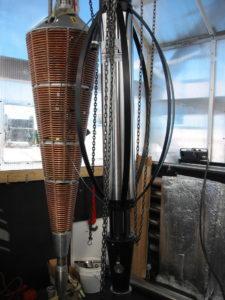 Mit zwei verschiedenen Bohrern wurden die insgesamt 86 Löcher für das IceCube-Teleskop gebohrt: Der linke Bohrkopf kam bei den ersten 50 Metern kompakten Schneefirns zum Einsatz, die restlichen rund 2400 Meter im Eis wurden mit einem speziellen Heiß-Wasser-Bohrer zurückgelegt. (Bild: Bob Morse, IceCube/NSF)
