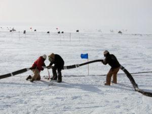 Aufgrund des extremen Klimas am Südpol konnten die Löcher für IceCube ausschließlich im antarktischen Sommer zwischen November und Februar gebohrt werden. Insgesamt dauerte es von 2004 bis 2010 bis das Teleskop im ewigen Eis fertiggestellt war. (Bild: Chad Carpenter, IceCube/NSF)