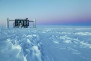In den IceCube-Laboren an der Amundsen-Scott-Südpolstation sammeln und filtern Computer die Daten des Teleskops. Lediglich für die Physiker interessante Ereignisse werden an die Universität von Wisconsin in Madison geschickt, die sie dann allen IceCube-Forschern zur Verfügung stellt. IceCube wurde jetzt von Physics World zum Durchbruch des Jahres in der Physik gekürt. (Bild: Sven Lidstrom, IceCube/NSF)