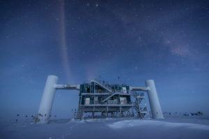 In den IceCube-Laboren an der Amundsen-Scott-Südpolstation sammeln und filtern Computer die Daten des Teleskops. Lediglich für die Physiker interessante Ereignisse werden an die Universität von Wisconsin in Madison, USA, geschickt, die sie dann allen IceCube-Forschern zur Verfügung stellt. IceCube wurde jetzt von Physics World zum Durchbruch des Jahres in der Physik gekürt. (Bild: Felipe Pedreros, IceCube/NSF)