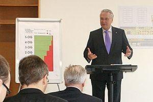 Innen- und Bauminister Joachim Herrmann äußert sich zu den langfristigen Entwicklungsperspektiven der Philosophischen Fakultät (Bild: FAU)