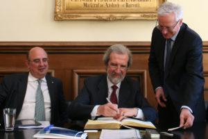 Der italienische Botschafter Elio Menzione (M.) sowie der italienische Generalkonsul Filippo Scammacca del Murgo (l.) statteten der FAU und Präsident Prof. Dr. Karl-Dieter Grüske einen Besuch ab und trugen sich in das Goldene Buch ein. (Foto: FAU)