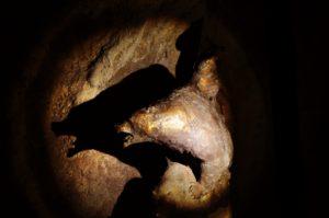 In die Neischl-Höhle im Botanischen Garten in Erlangen zieht eine Bronzeskulpur, die Bären zeigt, ein. (Bild: Walter Welß)