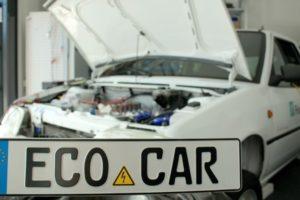 """Dass EcoCar ist fertig! Den Beweis liefern die Studierenden des Projekts am Eventtag """"Inside EcoCar"""". (Bild: Projektteam EcoCar)"""