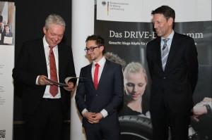 Marcus Koschmieder erhält den Studienpreis von Prof. Dr. Dr. Alexander Verl (links) und Dr. Georg Schütte (rechts). (Bild: Stephan Rauh/BMBF)