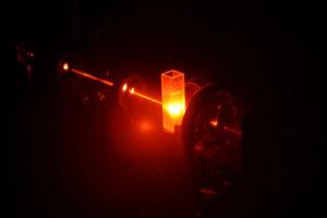 Für ihre Analyse bestrahlen die Partikeltechnologen der FAU die Partikel mit Laserimpulsen infraroten Lichts. (Bild: FAU)