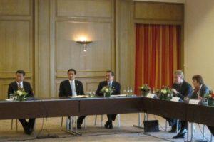 Von links nach rechts: Staatspräsident Xi Jinping, Wang Huning,Li Zhanshu, Michael Lackner (FAU), Mechthild Leutner (FU Berlin) , Ralph Kautz (Uni Bonn). (Bild: Privat)