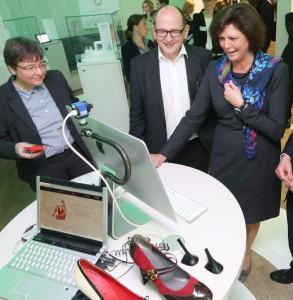 Bayerns Wirtschaftsministerin Ilse Aigner (rechts.) testet zusammen mit Prof. Dr. Kathrin M. Möslein und Prof. Dr. Albert Heuberger, wie sich Schuhe individuell gestalten lassen. Foto: Kurt Fuchs