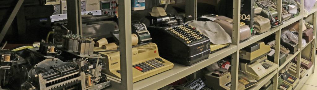 Magazinregale mit mechanischen und elektromechanischen Rechenmaschinen sowie elektronischen Tischrechnern (Bild: Georg Pöhleiin)