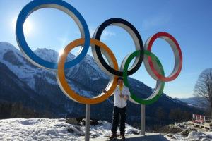 Ich war hier! Was nicht zu sehen ist: Für sein Foto mit den olympischen Ringen musste FAU-Student Kevin Korona Schlange stehen. (Bild: Privat)