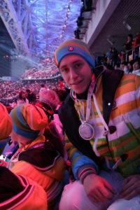 Keine Sieger- sondern eine Leuchtmedaille für Kevin Korona: Alle Sportler waren bei der Olympia-Abschlussfeier teil der Licht-Choreografie. (Bild: Privat)