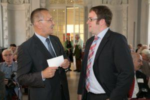 FAU-Kanzler Thomas A.H. Schöck im Gespräch mit Oberbürgermeister Dr. Florian Janik. (Bild: Erich Malter)