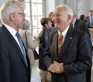Zu den ersten Gratulanten von FAU-Altrektor Prof. Dr. Gotthard Jasper (r.) gehörte sein Nachfolger Prof. Dr. Karl-Dieter Grüske.