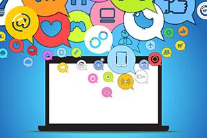 Ein Laptop mit bunten Sprechblasen vor blauem Hintergrund