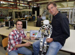 Wollen Roboter mit künstlichen Muskeln ausstatten: Tristan Schlögl (l.) und Sebastian Reitelshöfer. (Bild: Harald Sippel)