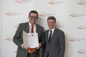 Prof. Dr. Hans Kudlich mit Staatssekretär Bernd Sibler (Bild: Francois Weinert)