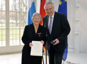 Prof. Dr. Dr. Helga Schüßler bekam das Bundesverdienstkreuz am Bande vom bayerischen Innenminister Joachim Herrmann überreicht. (Bild: Harald Sippel)