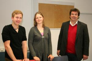 Dekan Prof. Dr. Rainer Trinczek (rechts) übergibt den neuen Aufenthaltsraum der Fachschaftsvertreterin Katja Zapf und Fachschaftsvertreter Jonas Simmerlein. (Bild: FAU)