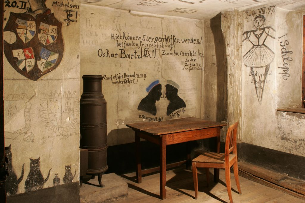 A creative way of passing the time: students left many slogans and drawings behind in the former cells. (Image: Erich Malter)