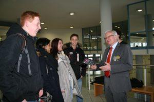 FAU-Präsident Prof. Dr. Karl-Dieter Grüske hilft dem Aktionsbündnis Semesterticket beim Verteilen von Flyern. (Bild: FAU)