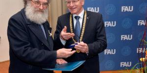 Von FAU-Präsident Prof. Dr. Karl-Dieter Grüske erhielt Dr. Martin Boss die Verdienstmedaille der Universität Erlangen-Nürnberg. (Bild: Harald Sippel)