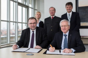 Prof. Dr. Siegfried Russwurm, a member of the Managing Board at Siemens AG (left) and FAU President Prof. Dr. Karl-Dieter Grüske signed the CKI agreement in the presence of Dr. Natascha Eckert, Head of Siemens University Relations, Prof. Dr. Reinhard Lerch, Director of CKI, and Prof. Dr. Joachim Hornegger, FAU Vice President for Research. (Image: FAU/Erich Malter)