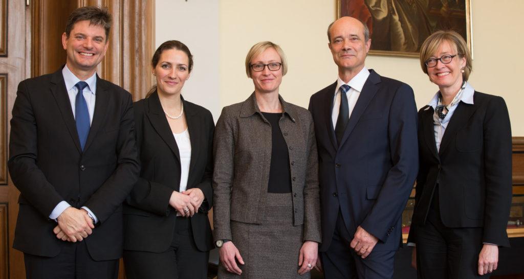 Der designierte FAU-Präsident Prof. Dr. Joachim Hornegger mit den drei neuen Vizepräsidenten Prof. Dr. Nadine Gatzert, Prof. Dr. Antje Kley, Prof. Dr. Günter Leugering und Kanzlerin Dr. Sybille Reichert. (Bild: FAU/Erich Malter)