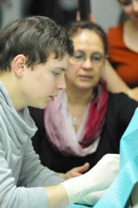 Luca Franks erste Lumbalpunktion: Durch das Üben am Modell weiß der Student nun, in welchem Winkel er die Punktionsnadel in den Wirbelkanal schieben muss. (Bild: Uni-Klinikum Erlangen)