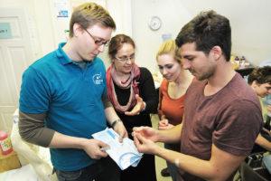 Wie hält man beide Nadeln bei der Lumbalpunktion steril? Darüber diskutieren die Tutoren mit Dr. Anita Schmidt (2. v. l.). (Bild: Uni-Klinikum Erlangen)