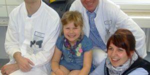 Die kleine Sophia mit ihren Eltern Brigitte und Dominik Orywol und Dr. Andreas Arkudas (links) und Prof. Dr. Raymund E. Horch (rechts im Bild) nach der erfolgreichen Wiederherstellung des schwer verletzten Beines. (Bild: Uni-Klinikum Erlangen)