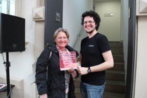 Eine begeisterte Teilnehmerin des FabLab-Workshops in der Erlanger Stadtbibliothek: Beate Falke zusammen mit Patrick Kanzler vom FabLab-Team. (Bild: FAU/Claudia Rummel)