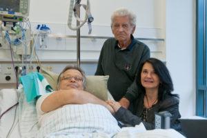 Hoffnung auf ein neues Leben: Ralf W. mit Ehefrau und Vater kurz vor der Lebendnierentransplantation im Herbst 2014. (Bild: Uni-Klinikum Erlangen)