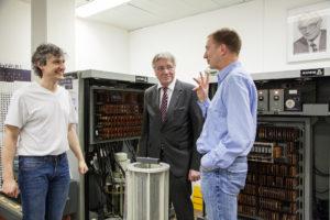 Die beiden FAU-Mitarbeiter Edwin Aures (li.) und Dr. Volkmar Sieh (re.) zusammen mit Konrad Zuse. (Bild: FAU/Georg Pöhlein)