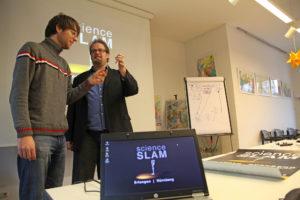 Seminarleiter Philipp Schrögel (rechts) hat Benedikt Kopera erfolgreich das Slammen beigebracht: Kopera kam bis in den Regionalentscheid Süd. (Bild: Georg Pöhlein)